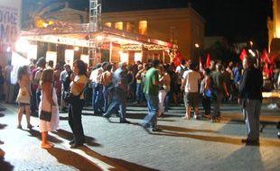Les militants du parti de la gauche radicale, Syriza, à Athènes, célèbre leur score, même s'ils n'ont pas remporté les législatives, le 17 juin 2012.
