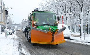 Un chasse-neige à Paris (19eme arrondissement, avenue de Flandre), le 7 février 2017.