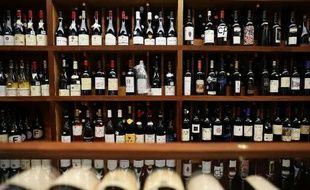 Des bouteilles de vin chez un caviste