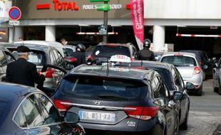 Des automobilistes patientent pour faire le plein devant une station-essence à Paris