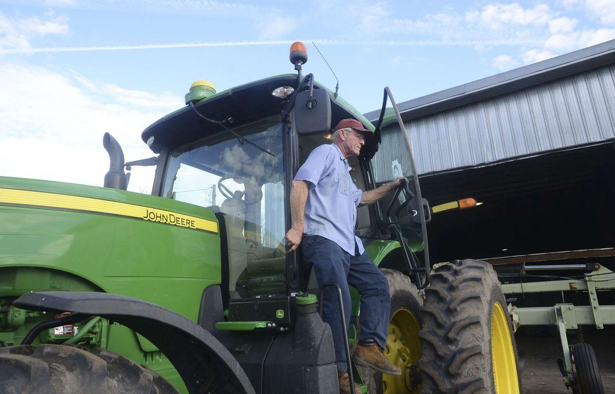 Un fermier américain descend de son tracteur John Deere, le 20 janvier 2017.  – Janet S. Carter /AP/SIPA