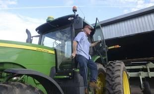 Un fermier américain descend de son tracteur John Deere, le 20 janvier 2017.