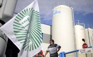 Après Doux, nouveau coup dur pour l'industrie agroalimentaire française: le groupe coopératif Sodiaal compte fermer trois de ses sites de conditionnement de lait Candia, supprimant 313 emplois.
