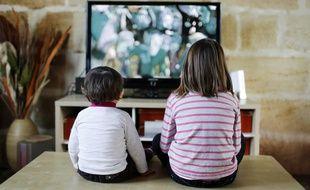 Des enfants regardent la télévision (illustration).