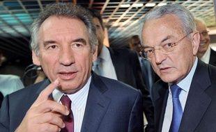 Le président du Modem François Bayrou (à gauche) avec le président de l'Alliance centristeJean Arthuis (à droite), lors du congrès politique de l'Alliance centriste, le2 juillet 2011 à Angers.