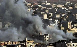 De la fumée s'élève le 13 octobre 2014 au dessus de la ville de Kobané théâtre de violents combats