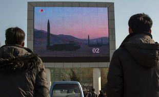 Lancement d'un missile nord-coréen diffusé en direct dans la rue.