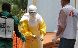 Désinfection d'un professionnel de santé de Médecins sans frontières à Guéckédou en Guinée, le 1er avril 2014