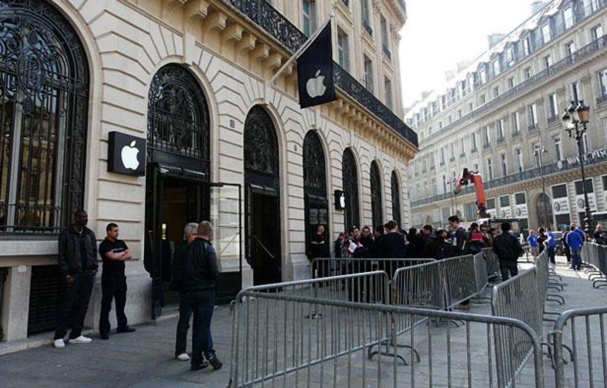 Des gens patientent devant l'Apple Store Opéra (IXème arrondissement) le 25 mars 2011, jour de la sortie de l'iPad 2 en France. – 20minutes.fr