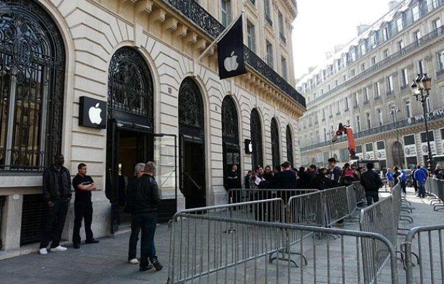 Des gens patientent devant l'Apple Store Opéra (IXème arrondissement) le 25 mars 2011, jour de la sortie de l'iPad 2 en France.