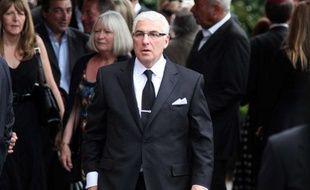 Mitch Winehouse, père de la chanteuse, arrivant au service lors de l'enterrement de sa fille à Londres, le 26 juillet 2011