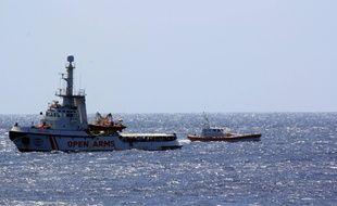 Le navire humanitaire de l'ONG espagnole Proactiva Open Arms a jeté l'ancre jeudi juste en face de l'île de Lampedusa (Italie) avec 147 migrants à bord, en plein débat gouvernemental sur la légitimité de leur présence dans les eaux italiennes.