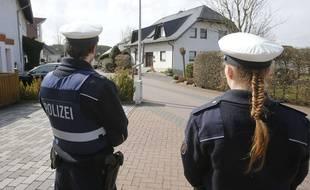 Des policiers devant une maison de Montabaur, en Allemagne, où habitait Andreas Lubitz, le copilote de l'A320 qui s'est crashé dans les Alpes-de-Haute-Provence, le 26 mars 2015.