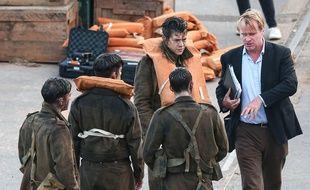 Le chanteur et acteur Harry Styles écoutant le réalisateur Christopher Nolan sur le tournage de Dunkerque