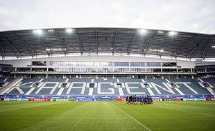 Les joueurs lyonnais sur la pelouse du Ghelamco Arena à Gand, pour l'entraînement de la veille de match.