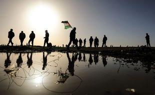 Des manifestants palestiniens affrontent des troupes israéliennes le 8 février 2019 à la frontière israélo-israélienne, à l'est de la ville de Gaza. Au moins deux Palestiniens ont été tués et des dizaines d'autres blessés vendredi par les tirs de soldats israéliens lors d'affrontements avec des centaines de manifestants palestiniens l'est de la bande de Gaza, près de la frontière avec Israël, ont déclaré des médecins.
