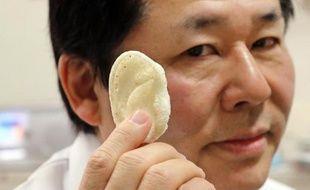 Tsuyoshi Takado, professeur de médecine de l'université de Tokyo montre, dans son laboratoire, une oreille artificielle en acide polylactique, fabriquée grâce à l'impression 3D, le 16 janvier 2015