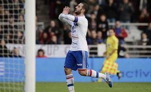 Lyon, vainqueur à domicile dimanche de Reims 3-0, a pris provisoirement la tête du Championnat de France, en attendant le match de Marseille, qui se déplace à Bordeaux dans la soirée pour le compte de la 13e journée.