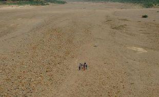 Le gouvernement indien a annoncé mercredi avoir débloqué près de 532 millions de dollars pour sept Etats affectés par la sécheresse ou les inondations, dont près la moitié de cette enveloppe destinée à l'ouest du pays qui souffre de la pire sécheresse depuis 1972.