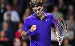 Roger Federer a pris de l'avance sur ses concurrents au Masters en se qualifiant le premier pour les demi-finales grâce à sa victoire sur David Ferrer, la quatorzième en autant de matches contre l'Espagnol, en deux sets 6-4, 7-6 (7/5), jeudi à Londres.