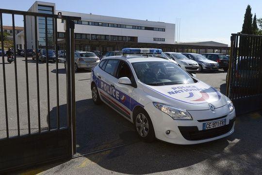 Une voiture de police sort du commissariat de la division Nord de la DDSP de Marseille