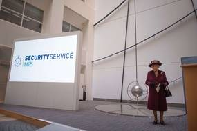 La reine Elizabeth II lors d'une visite au siège du MI5, à Londres le 25 février 2020.