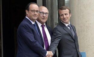 Francois Hollande, Michel Sapin et Emmanuel Macron à l'issue du Conseil des ministres le 27 août 2014 à l'Elysée à Paris