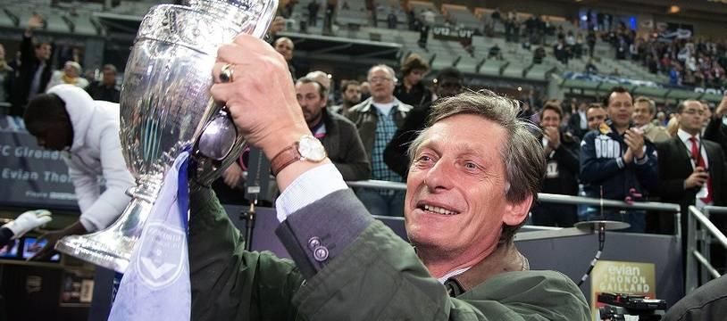 Nicolas de Tavernost soulève la coupe de France remportée par les Girondins en 2013.