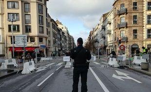 Un gendarme mobile en pleine garde, statique, sur le pont du Faubourg de Pierre à Strasbourg.