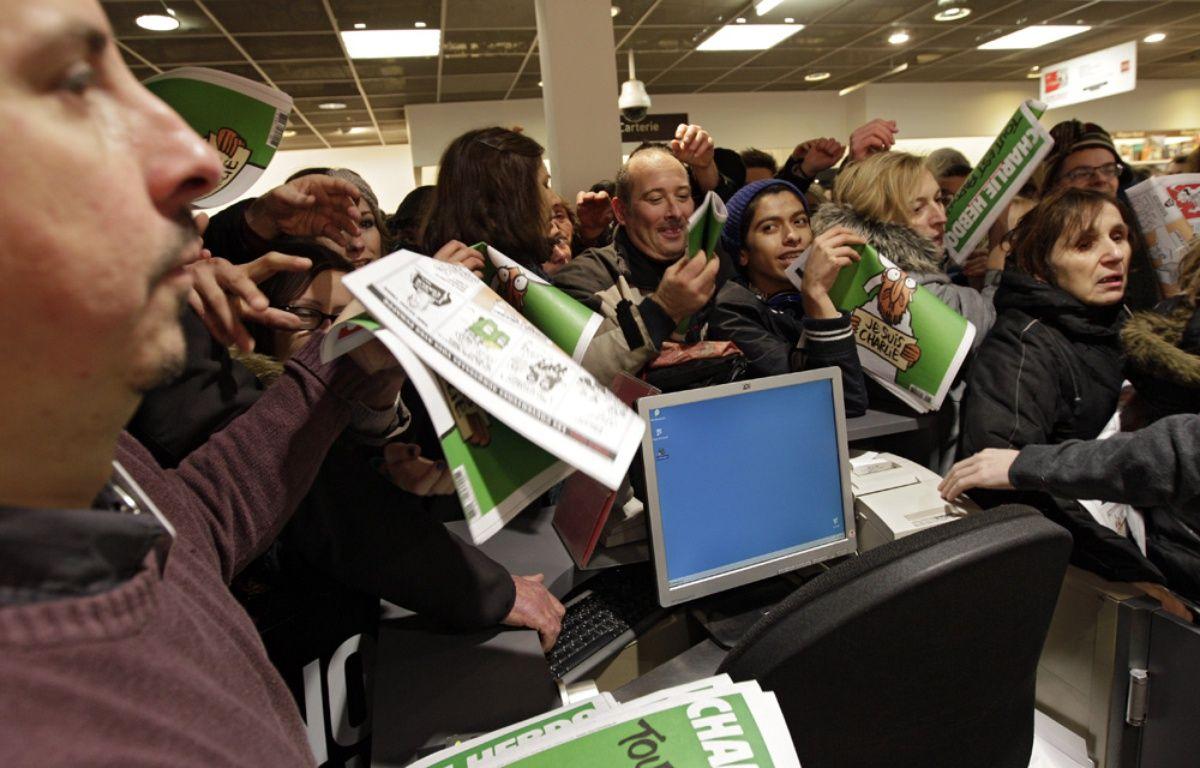 """De nombreux clients étaient au Furet du Nord dès l'ouverture pour acheter """"Charlie Hebdo"""". – M.Libert / 20 Minutes"""