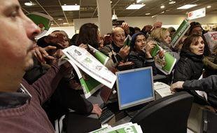 """De nombreux clients étaient au Furet du Nord dès l'ouverture pour acheter """"Charlie Hebdo""""."""