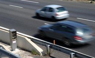 """Installés en descente, cachés, situés après le danger ou à un endroit où la vitesse est momentanément abaissée : l'association 40 millions d'automobilistes a recensé les radars fixes """"pièges"""" et publie lundi les résultats d'un audit."""