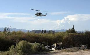 Des membres du Bureau enquête analyse (BEA) arrivent à bord d'un hélicoptère sur les lieux du crash mortel à Villa Castelli, en Argentine, le 11 mars 2015