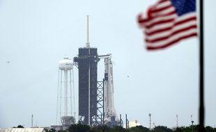 La fusée SpaceX parée au décollage au Kennedy Space Center, en Floride.