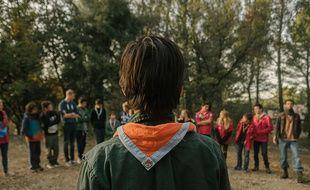 Un scout lors d'un camp.