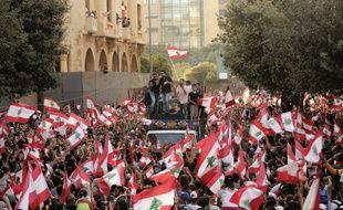 Des manifestants contre le gouvernement libanais dans les rues de Beyrouth, dimanche 20 octobre.