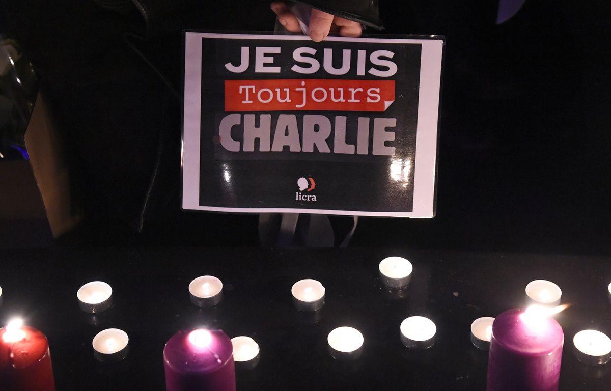 Une personne tient «Je suis toujours Charlie» lors d'un hommage Place de la République à Paris, le 7 janvier 2017 – BERTRAND GUAY / AFP