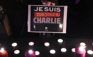 Une personne tient «Je suis toujours Charlie» lors d'un hommage Place de la République à Paris, le 7 janvier 2017