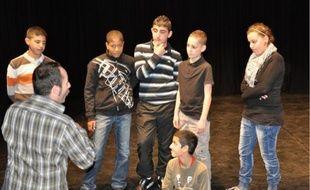Volontaires, les jeunes montent avec entrain sur scène pour réaliser quelques exercices.