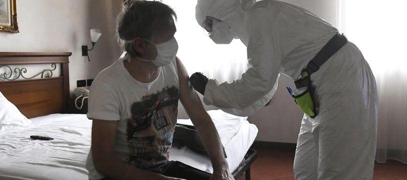 Un patient atteint du coronavirus est hospitalisé dans un hôtel en Italie, le 18 avril 2020.