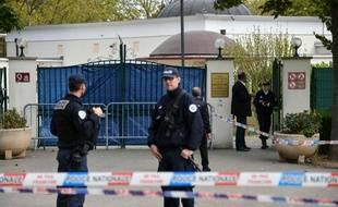 Les policiers surveillent la grande mosquée de Colmar après qu'une voiture est rentrée volontairement dedans samedi 21 septembre 2019.