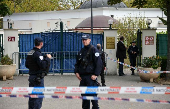 Les policiers surveillent la grande mosquée de Colmar après qu'une voiture soit rentrée volontairement dedans samedi 21 septembre 2019.