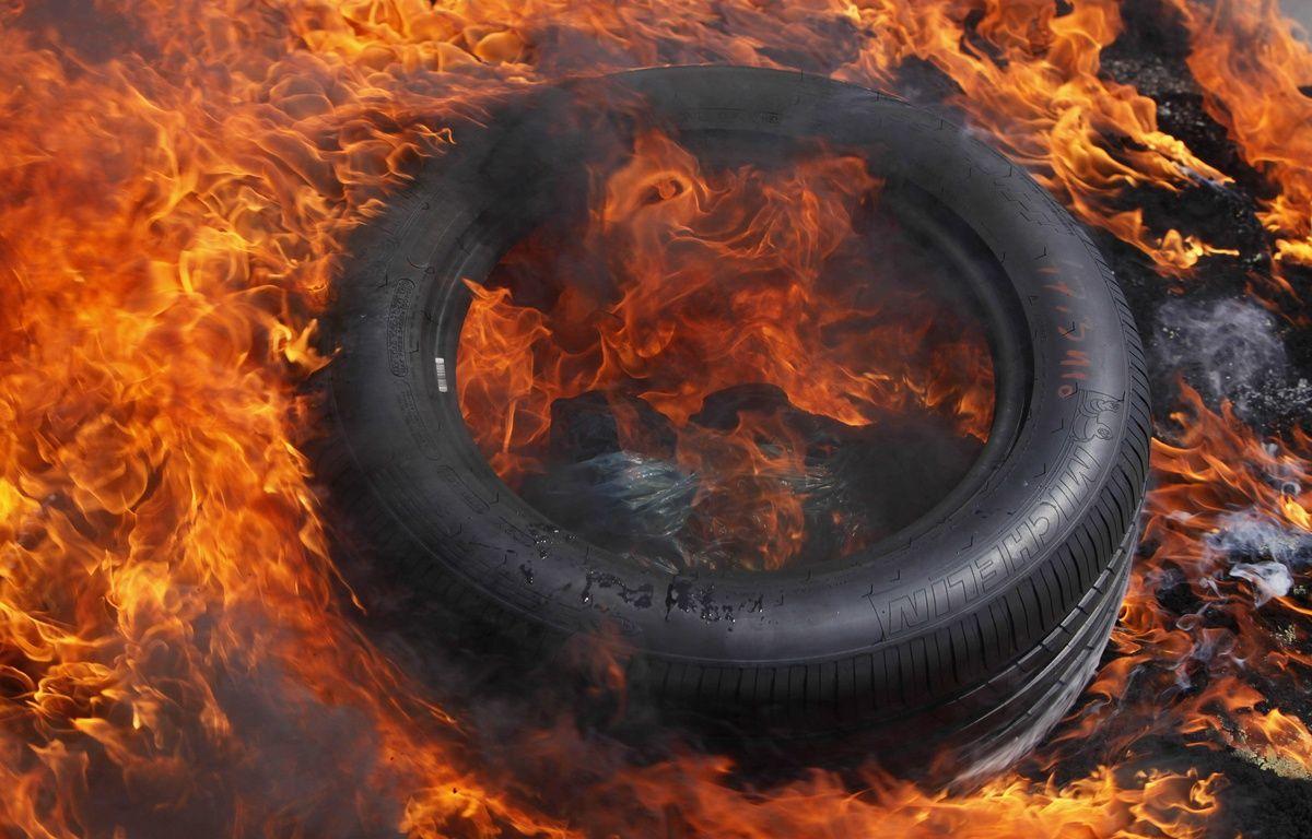 Illustration de pneus en train de brûler. – BAZIZ CHIBANE/SIPA
