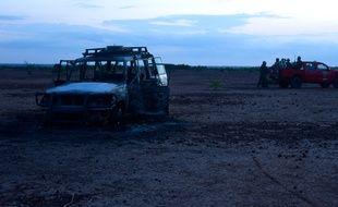 L'armée du Niger inspecte la voiture des victimes de l'attaque, le 9 août 2020.