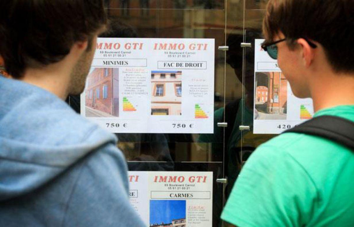 Toulouse, le 10 juillet 2012. Deux jeunes étudiants regardent les annonces de location d'une agence immobilière dans le centre ville. – FREDERIC SCHEIBER / 20 MINUTES