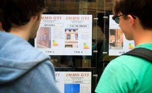 Toulouse, le 10 juillet 2012. Deux jeunes étudiants regardent les annonces de location d'une agence immobilière dans le centre ville.