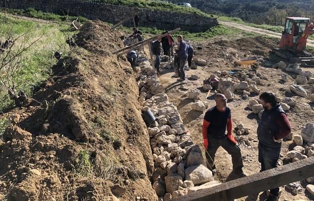 Les murs en pierres sèchent sont assez large pour soutenir le sol.