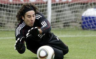 Le gardien de la sélection mexicaine Guillermo Ochoa, lors d'un entraînement à Mexico le 31 août 2010.