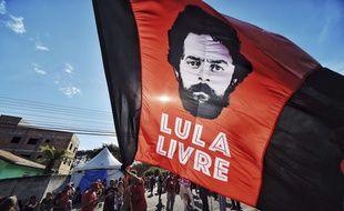 Des supporters de l'ancien président brésilien Lula, emprisonné pour corruption, réclament sa libération, le 8 juillet 2018.