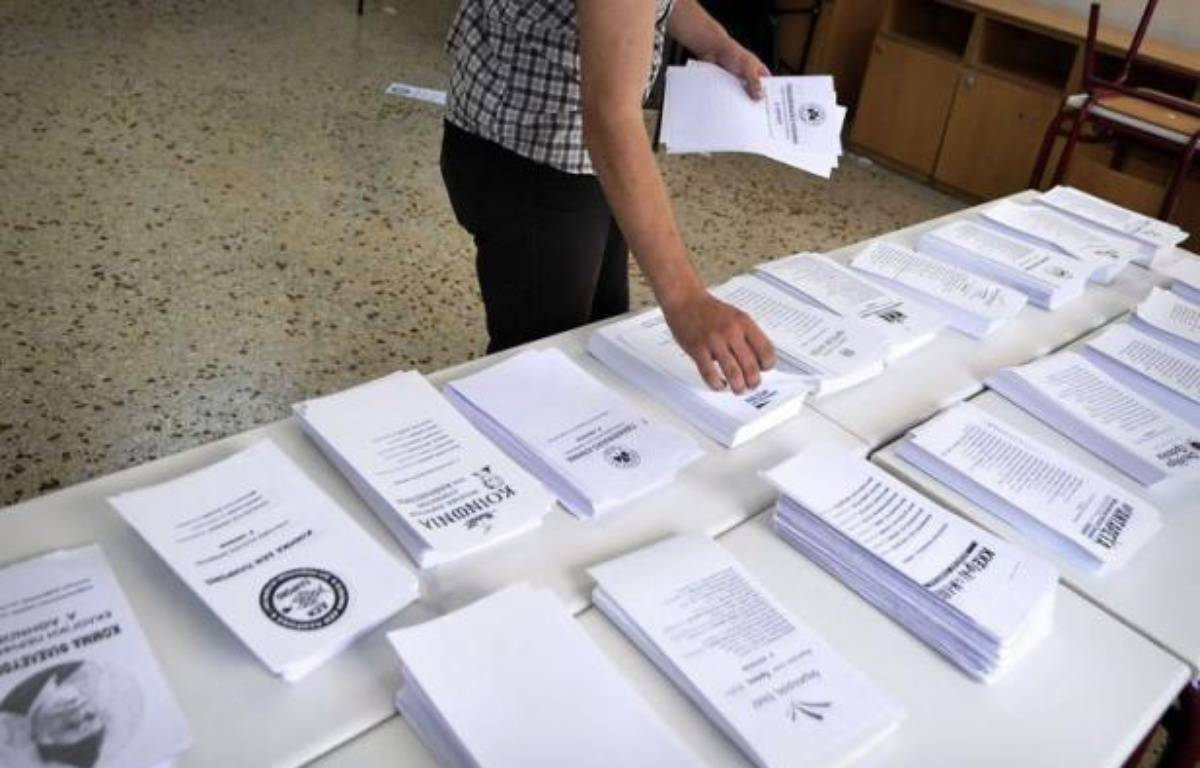 La droite conservatrice est créditée d'un fragile demi-point d'avance sur la gauche radicale dimanche soir, selon un sondage réalisé à la sortie des bureaux de vote à la clôture d'un scrutin crucial sur l'avenir de la Grèce dans l'euro. – Louisa Gouliamaki afp.com
